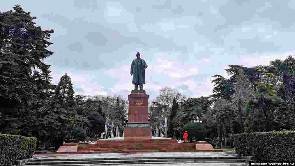 На мокром после дождя памятнике Ленину сидит голубь