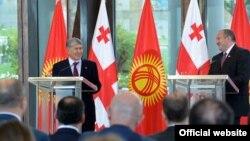 Алмазбек Атамбаев менен Грузия президенти Георгий Маргвелашвили. Тбилиси, Грузия. 13-октябрь, 2016-жыл