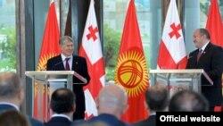 Президенты Кыргызстана и Грузии Алмазбек Атамбаев и Георгий Маргвелашвили. Тбилиси. 13 октября 2016 года.