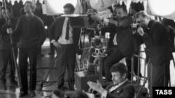"""Андрей Тарковский (сидит) на съемках фильма """"Андрей Рублев"""", 1971"""