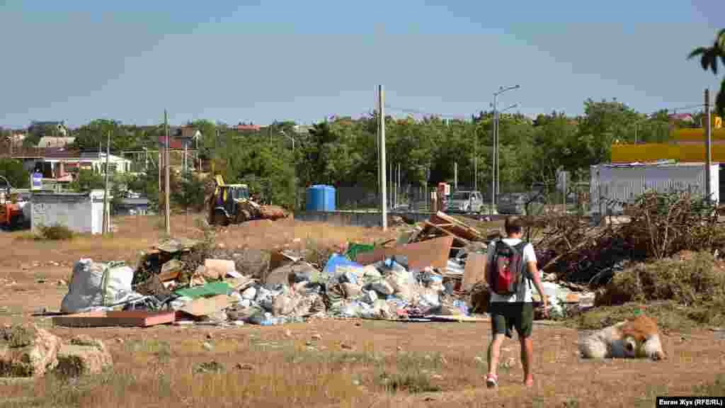 Несанкционированная свалка мусора в микрорайоне улицы Горпищенко