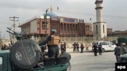 Кабулдағы шабуыл жасалған шииттер мешіті жанында жүрген қауіпсіздік күштері. Ауғанстан, 21 қараша 2016 жыл.