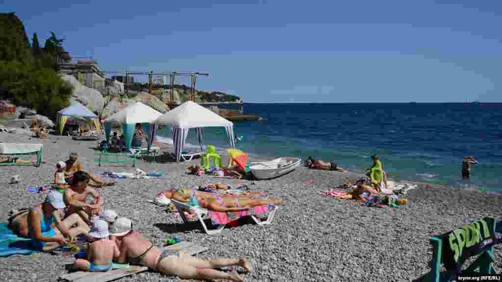 На пляже санатория «Ай-Тодор» все услуги платные: использование шезлонга, душа, кабинки для переодевания, туалета