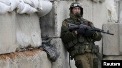 Представник проросійського угруповання «ДНР» на блокпосту неподалік Донецька, ілюстраційне фото