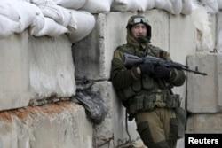 Проросійський сепаратист на блокпосту в передмісті Донецька. Березень 2016 року