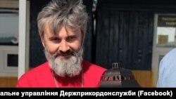 Архієпископ Климент тримає Благодатний вогонь на адмінкордоні між Кримом і материковою частиною України, Каланчак, 28 квітня 2019 року