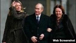 Слева – предположительно старшая дочь Путина Мария (вместе с родителями).