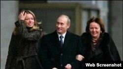 Слева – предположительно старшая дочь Путина Мария (вместе с родителями)