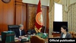 Президент Кыргызстана Алмазбек Атамбаев с генеральным прокурором Индирой Джолдубаевой.