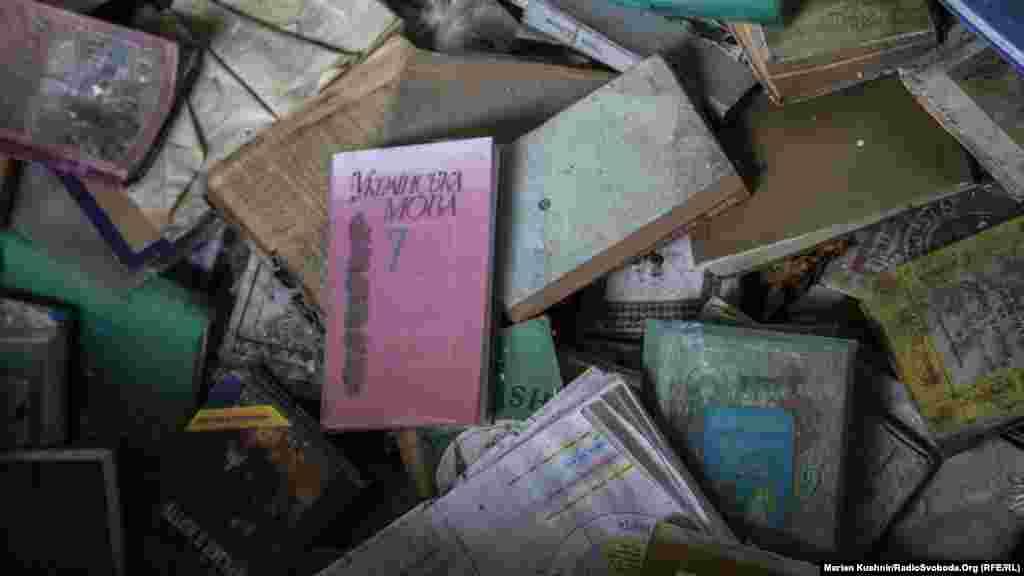 Разбросанные в школьной библиотеке учебники, в том числе по украинскому языку.