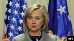Sekretarja amerikane e Shtetit, Hillary Clinton, gjatë konferencës për shtyp në Prishtinë.
