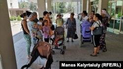 Многодетные матери и граждане, добивающиеся сдачи квартир по жилищной программе, собираются у здания аппарата акима Алатауского района. Алматы, 16 июля 2019 года.