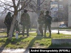 """""""Зеленые человечки"""" у входа в одну из украинских воинских частей в Симферополе"""