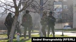 «Зелені чоловічки» біля входу в одну з українських військових частин під час захоплення Криму