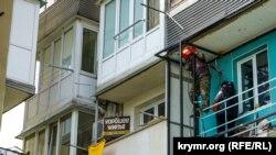 Электросварщик на балконе жилого дома в поселке Новый Свет