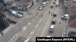"""Краят на тротоара с велоалея по бул. """"Гоце Делчев"""" в посока ул. """"Житница"""", където хората също масово пресичат неправилно, тъй като най-близките пешеходни пътеки за пазара са на бул. """"Цар Борис III"""" и ул. """"Хубча"""""""