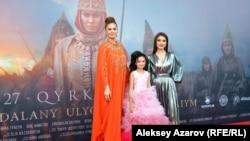 Актрисы (слева направо) Альмира Турсын, Лия Фомина и Салтанат Серкебаева, сыгравшие царицу Томирис в разные годы ее жизни. Алматы, 26 сентября 2019 года.