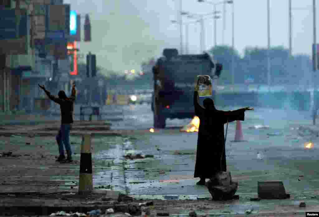 Бахрэйнскія пратэстоўцы ў сутычках з спэцназам падчас дэманстрацыі да 6-й гадавіны паўстаньня 11 лютага 2011 году. (Reuters/Hamad I Mohammed)