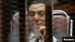 Бывший президент Египта Хосни Мубарак за решеткой на суде по его делу. Каир, 21 мая 2014 года.