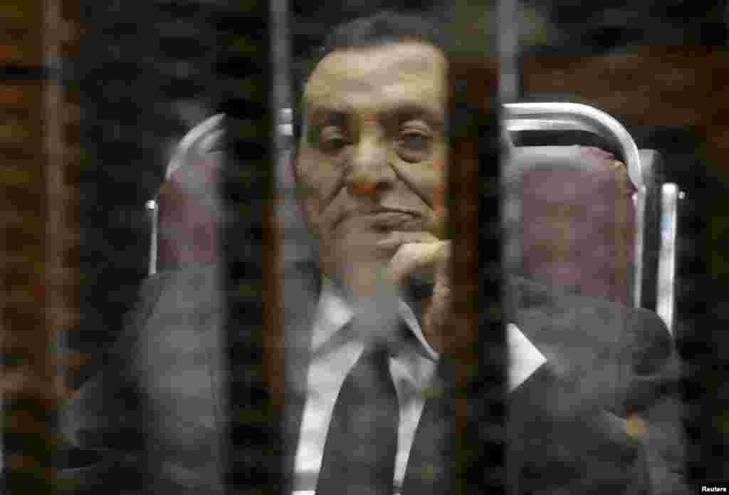 21 мая суд Египта приговорил бывшего президента страны Хосни Мубарака (на фото)к трем годам лишения свободы по обвинению в хищении государственных средств. Мубаракушел в отставкув начале 2011 года на фоне массовых народных протестов.