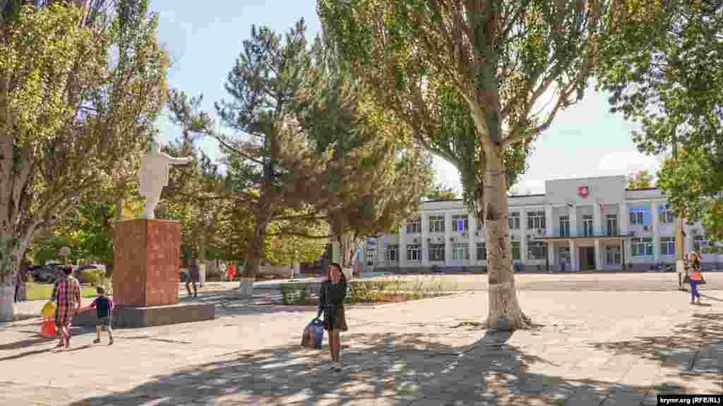 Пам'ятник Леніну на площі перед будівлею селищної адміністрації