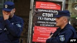 "Policajci i poster pokreta ""Dveri"" protiv Parade ponosa, oktobar 2012."