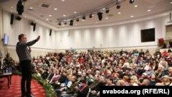 Падчас першага Антыкрызіснага форуму прадпрымальнікаў у Менску. На сцэне - Анатоль Шумчанка. Менск, 11 студзеня 2016 году