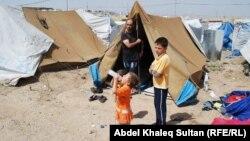لاجئون سوريون في مخيم دوميز