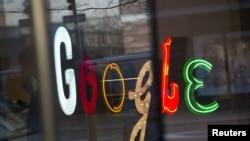 """Надпись """"Гугл"""" в штаб-квартире компании Google в Нью-Йорке, 8 января 2013 года."""