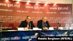 Moldova, Ion Madan, vicepreședintele asociației Pralamentul-90 (stânga) și secretarul Nicolae Misail.