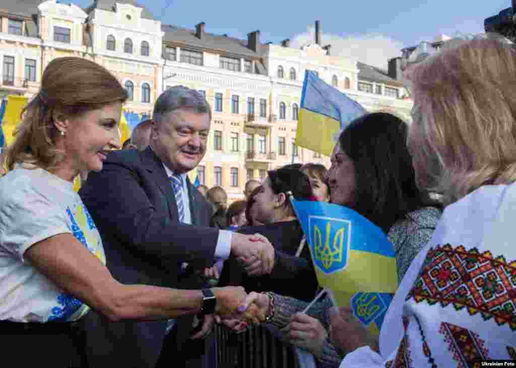 Петро Порошенко разом із дружиною Мариною вітаються з киянами, які прийшли відзначити День прапора