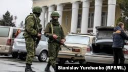 Российские военные на украинском полуострове Крым, аннексированном Россией в 2014 году.