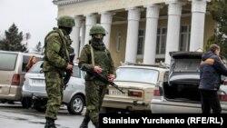 Вооруженные российские солдаты у здания аэропорта Симферополя. Февраль 2014 года