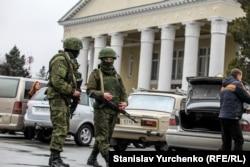 Вооруженные российские солдаты у здания аэропорта Симферополя, февраль 2014 года