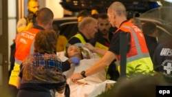 Парамедики оказывают помощь пострадавшим во время теракта в Ницце.