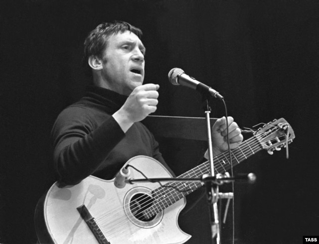 Vysotsky performs in Yaroslavl in February 1979, shortly after returning from the United States