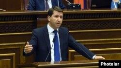 Омбудсмен Карен Андреасян представляет свой доклад парламенту, Ереван, 26 октября 2015 г.