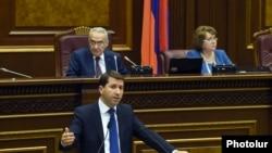 Омбудсмен Армении Карен Андреасян представляет в парламенте свой годовой доклад, 26 октября 2015 г․
