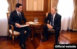 Serdar Berdimuhamedow gazak prezidenti Nursoltan Nazarbaýew bilen duşuşýar.
