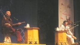 Әкелі-балалы айтыскер ақындар: Айтақын (сол жақта) және Жандарбек Бұлғақовтардың сөз сайысы. Алматы, 21 наурыз 2010 жыл.