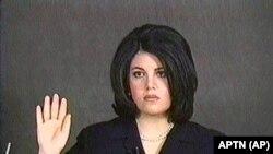 Моника Левински дает показания под присягой. Видеокадр от 1 февраля 1999 года.