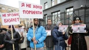 Активісти пацієнтських організацій провели мітинг під стінами Міністерства фінансів. Учасники акції виступили з вимогою забезпечити пацієнтів потрібним лікуванням і не скорочувати бюджет, представлений МОЗ на 2016 рік
