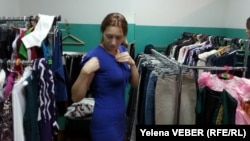 Покупательница примеряет платье в магазине. Иллюстративное фото.