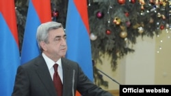 Президент Армении Серж Саркисян на приеме, организованном в президентском дворце для представителей СМИ в связи с Новогодними и Рождественскими праздниками. Ереван, 28 декабря 2010 г. (Фотография - пресс-служба президента Армении)