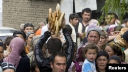 Ethnic Uzbeks fleeing from ethnic clashes in the Kyrgyz city of Osh in June last year.