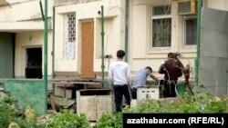 Türkmenistanda ýykylýan goşmaça otaglaryň biri.