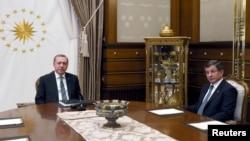 Президент Турции Реджеп Тайип Эрдоган (слева) и премьер-министр Турции Ахмет Давутоглу, Анкара, 4 мая 2016 года.