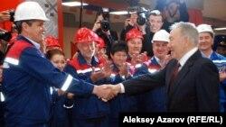 Президент Казахстана Нурсултан Назарбаев (справа) на церемонии открытия двух новых станций метро. Алматы, 18 апреля 2015 года.