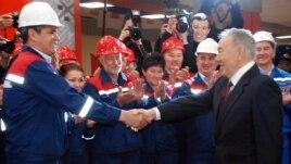 Кандидат в президенты и действующий президент Нурсултан Назарбаев (справа) на открытии двух новых станций метро в Алматы. 18 апреля 2015 года.