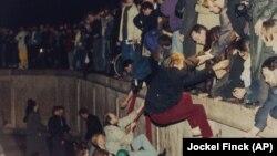 Берлин дубалы кулатылган күн. 10-ноябрь, 1989-жыл.